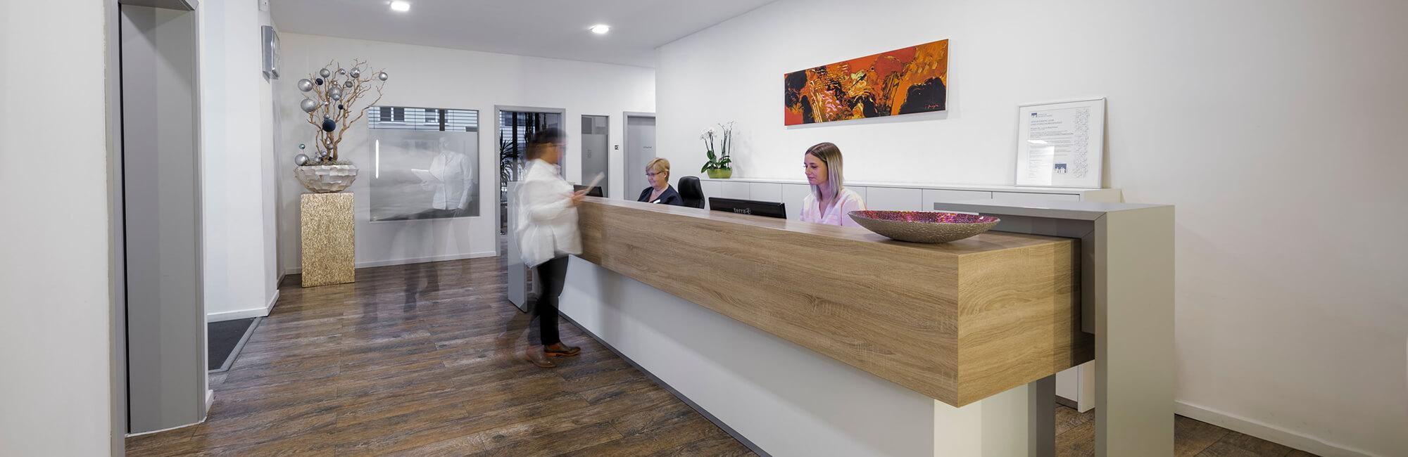 Hausarzt Köln Innenstadt - Dr. Lucia Bachner - am Empfang der Praxis - Kontakt