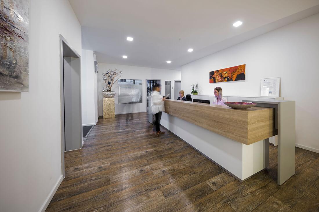 Hausarzt Köln Innenstadt - Dr. Lucia Bachner - am Empfang der Praxis