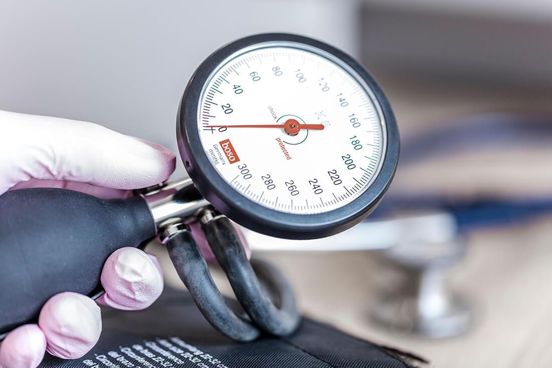 Hausarzt Köln Innenstadt - Dr. Lucia Bachner - Blutdruck messen in der Praxis